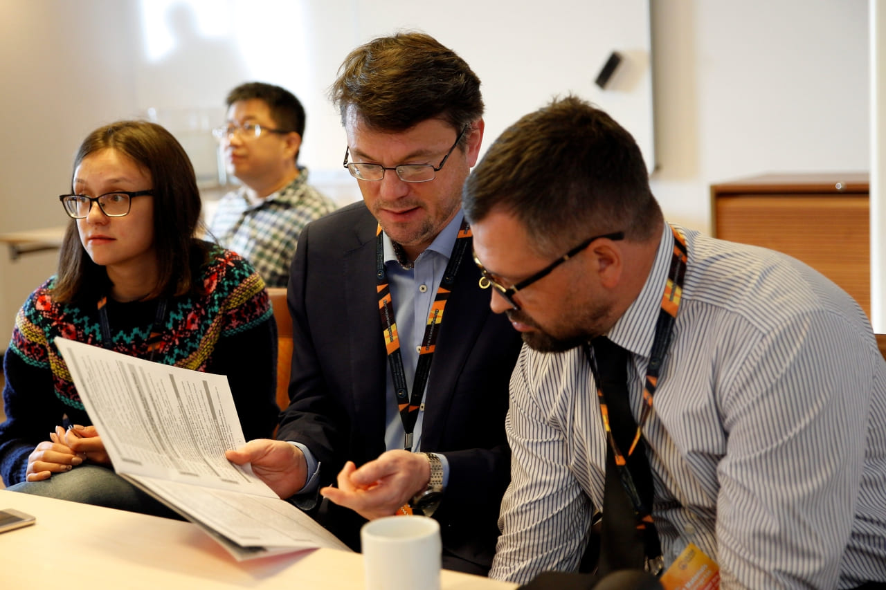Delegates communicating and collaborating in the Advanced Materials Congress